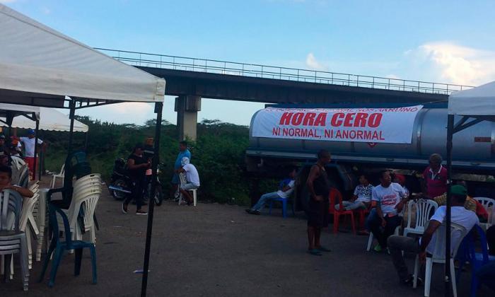 Dueños de estaciones de gasolina bloquean varias vías en La Guajira