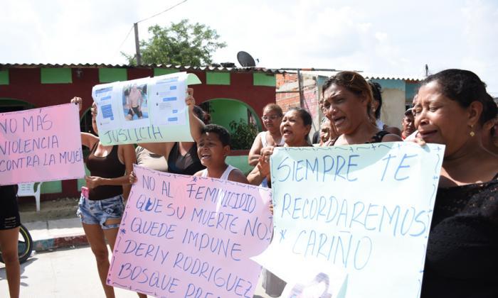 Familiares  y vecinos de la víctima protestan por su asesinato en El Bosque.