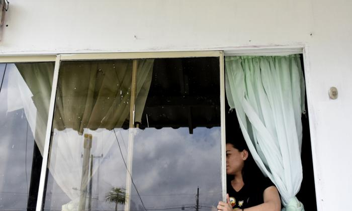 Enolay Sotomayor muestra la ventana por la que ingresó el ladrón.