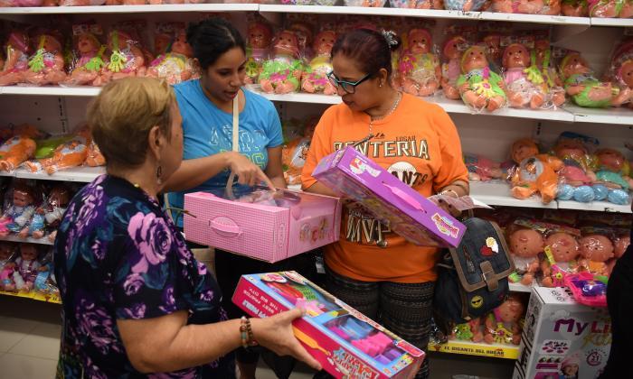 Compradores en una juguetería ubicada en el centro de Barranquilla.