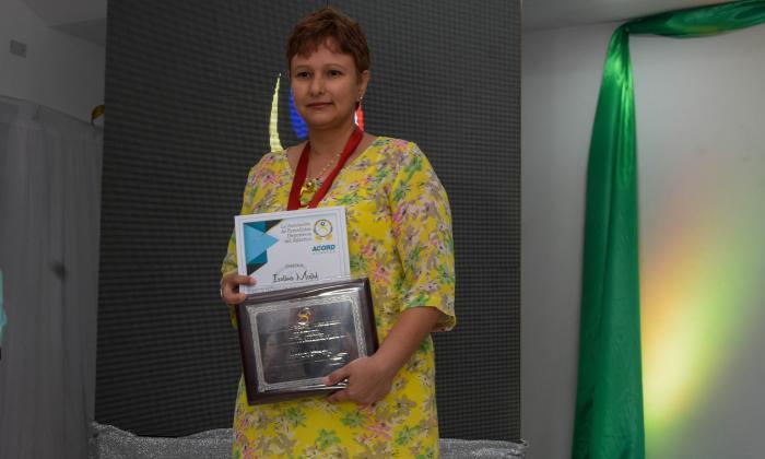 Isolina Majul con el premio otorgado por Acord.