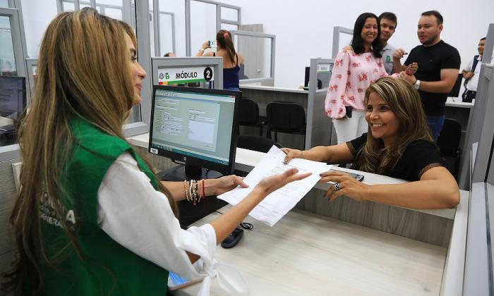 La secretaria General, Ana María Aljure, atiende a una usuaria en la nueva oficina de la Alcaldía.