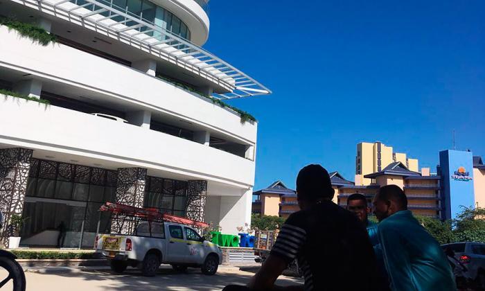 Aficionados montan guardia frente al edificio en el que permanece James Rodríguez desde la Nochebuena, en el sector de Bello Horizonte.