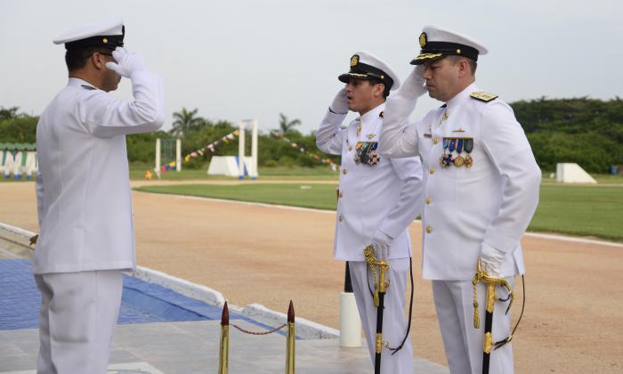 El capitán de Navío George Rincón, saliente (izq), y el contralmirante Juan Rozo, entrante, saludan al director general Marítimo, Mario Rodríguez, durante la ceremonia militar de relevo.