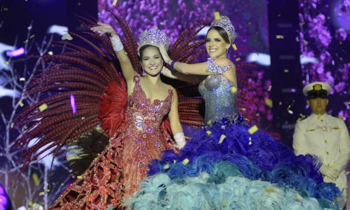 Valeria Abuchaibe Rosales, reina del Carnaval de Barranquilla 2018, recibe la corona de manos de la soberana de las fiestas en 2017, Stephanie Mendoza.