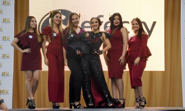 La reina Valeria Abuchaibe con las estudiantes que diseñaron su vestuario, Valentina Royero, Luisa Infante, María A. Ayala, Melina Vargas y Andrea Fonseca.