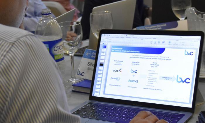 Analista de BCV durante un evento en Barranquilla.