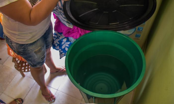En Villa Olímpica tuvieron que almacenar la poca agua en tanques y canecas.