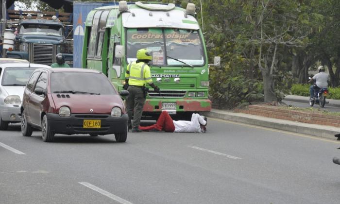 Hombre se acuesta en la vía  para que no le inmovilicen la camioneta en la calle 30