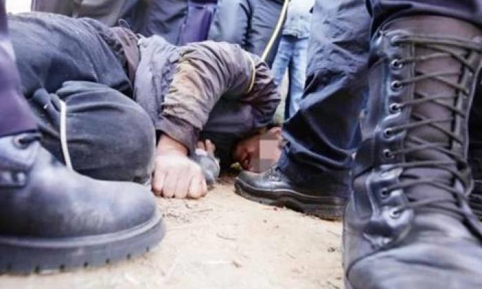 Turba saca a presunto violador de la cárcel, lo lincha y lo encierra en una jaula con cocodrilos