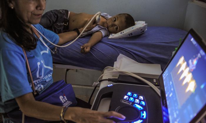 La cardióloga pediatra Claudia Stapper realiza el chequeo a Jhonaiker Díaz, de cinco años.