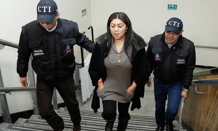 La exgobernadora de La Guajira Oneida Pinto conducida por miembros del CTI a una de sus audiencias.