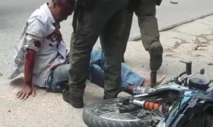 Camioneta pasa por encima de dos presuntos atracadores y mata a uno