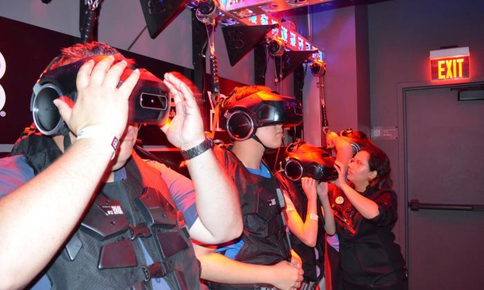 Los visitantes visten un pesado chaleco equipado con sensores y un casco.