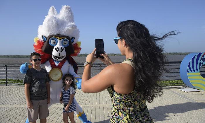 El Malecón del Río, sitio que hace parte de la oferta turística para los visitantes en los Juegos; y Baqui, la mascota oficial.