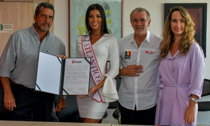 Miriam Carranza recibió la banda y el decreto por parte del Gobernador, Diana Caballero y Luis Puello, miembros del Comité de Belleza del Atlántico.