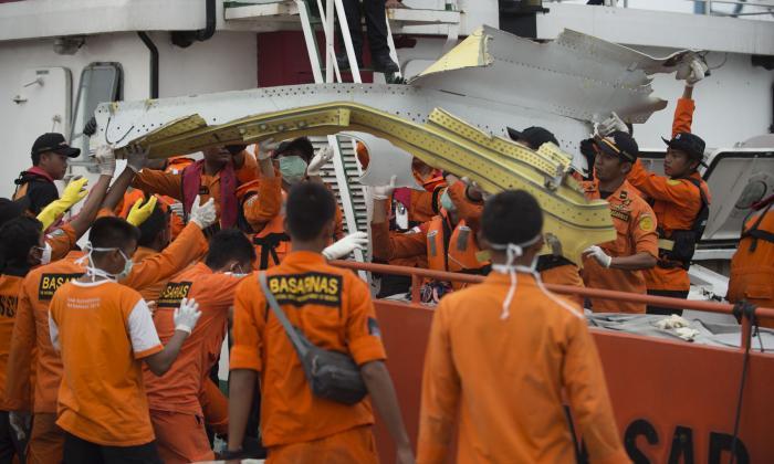 Buzo muere al intentar recuperar cuerpos de accidente aéreo en Indonesia