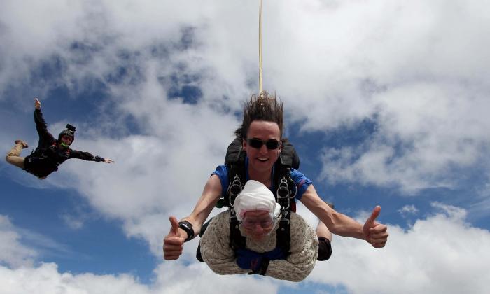 Bisabuela de 102 años se convierte en la paracaidista más anciana del planeta