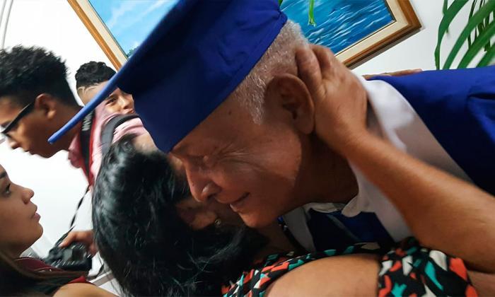 Roberto Salcedo, el abuelo de 78 años que sigue cumpliendo sueños: se graduó de bachiller