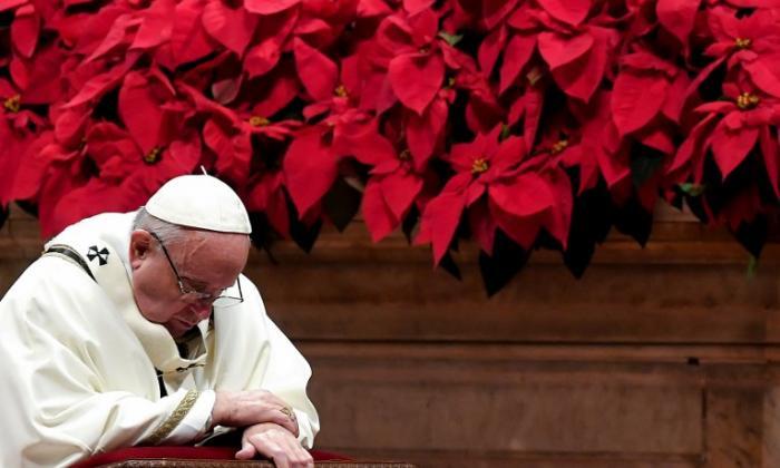 El papa Francisco se inclina en un momento de su Mensaje de Navidad.