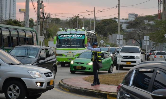 En video | Solo cuatro agentes regulan el tráfico en el Corredor Universitario