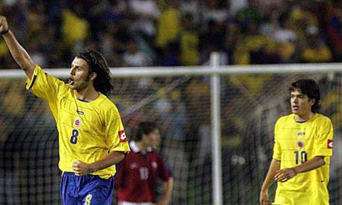 Sebastián Hernández con Colombia enfrentando a Matías Fernández.