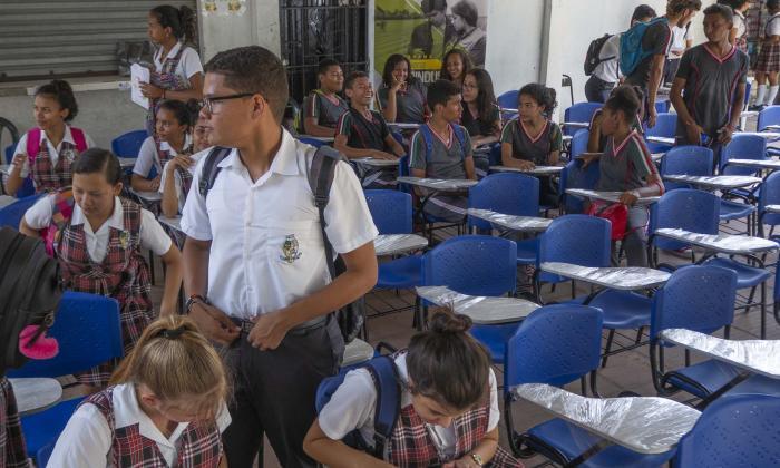 Un grupo de estudiantes con las sillas nuevas.