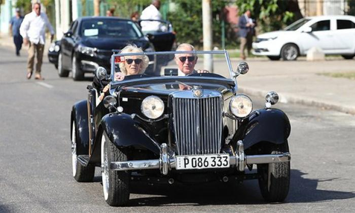 Príncipe Carlos conduce auto antiguo y visita a John Lennon en La Habana