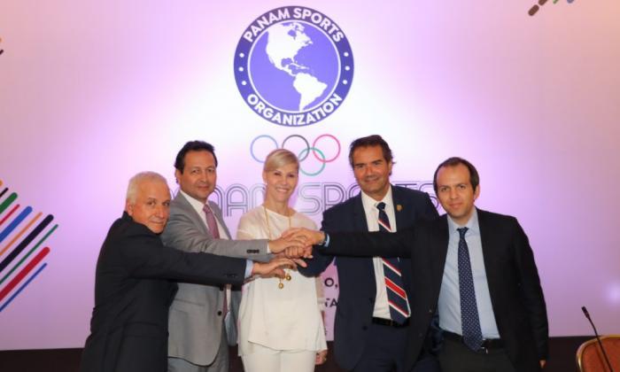 Ernesto Lucena, director de Coldeportes, junto a Baltazar Medina, presidente del Comité Olímpico Colombiano; Dilian Francisca Toro, gobernadora del Valle del Cauca, y Neven Ilic Álvarez, presidente de Panam Sports.