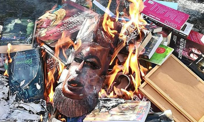 Sacerdote que quemó libros de Harry Potter se disculpa