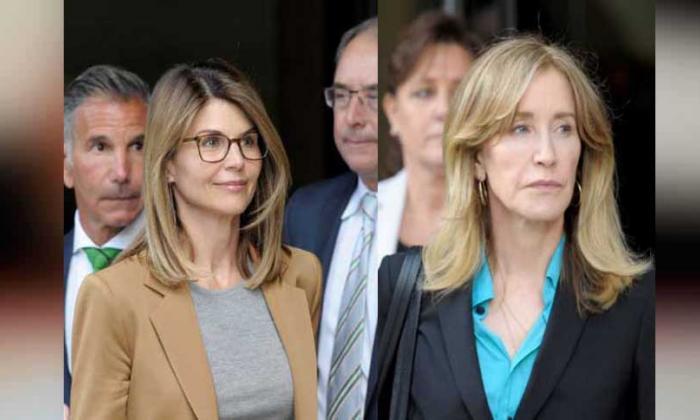 Felicity Huffman y Lori Loughlin cuando ingresaban a declarar a la corte de Boston.