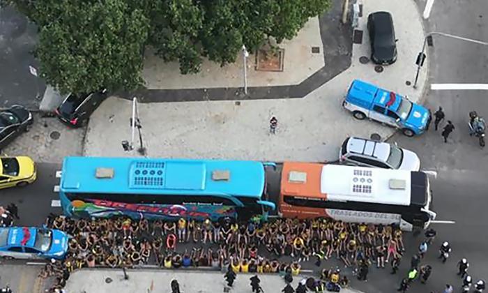 Los hinchas de Peñarol agrupados y rodeados por la Policía de Río de Janeiro.