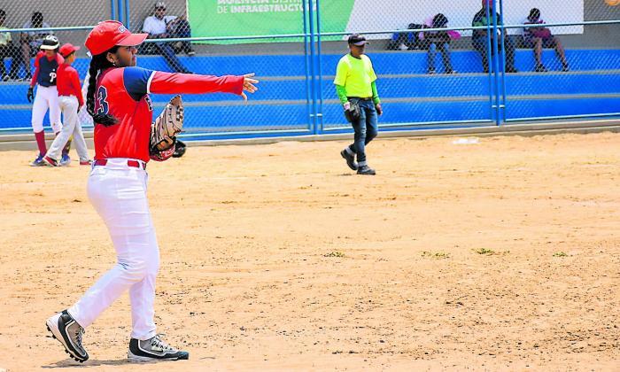 María José Palmera en acción desde la primera base.