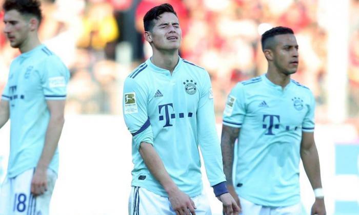 James Rodríguez junto a sus compañeros de equipo en juego de la Bundesliga.