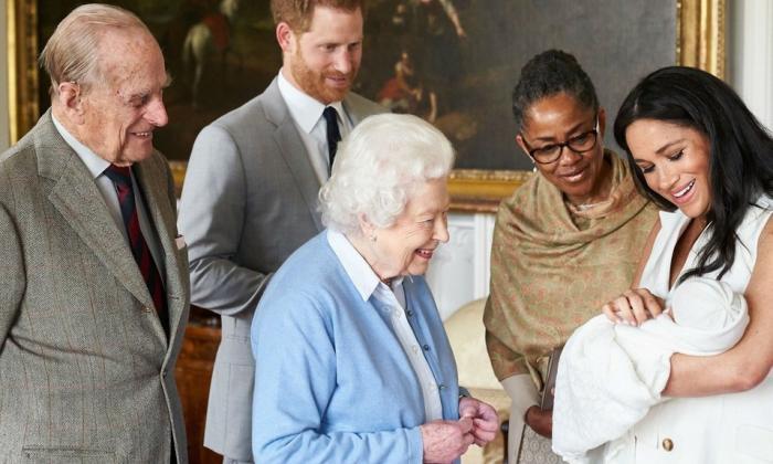 La reina Isabel II conoce a su octavo bisnieto, Archie Harrison.