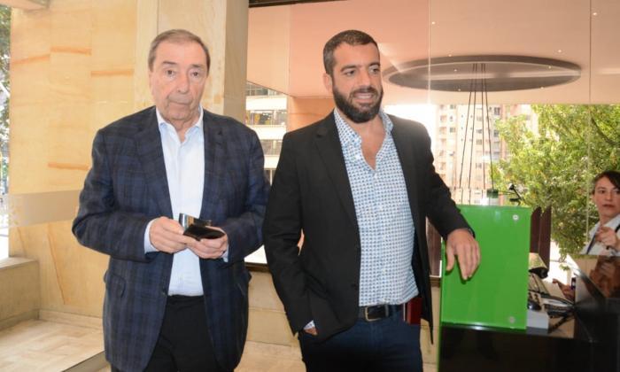 Fuad Char con su hijo, el senador Arturo Char, llegando a la reunión con Germán Vargas Lleras.