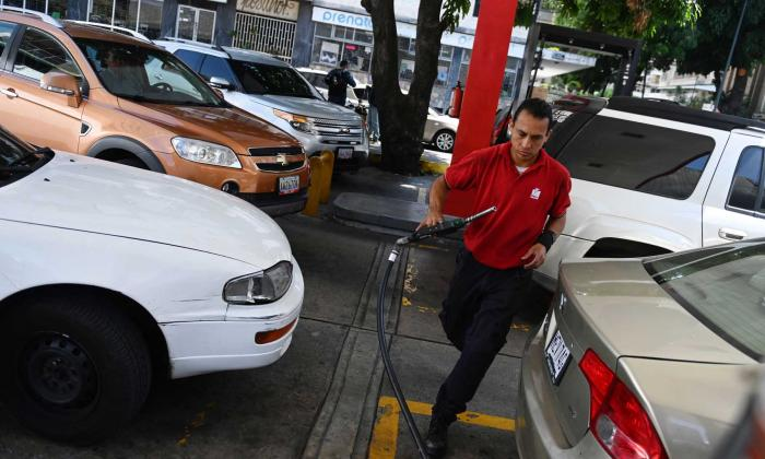 Escasez de gasolina en Caracas genera largas filas en varios puntos