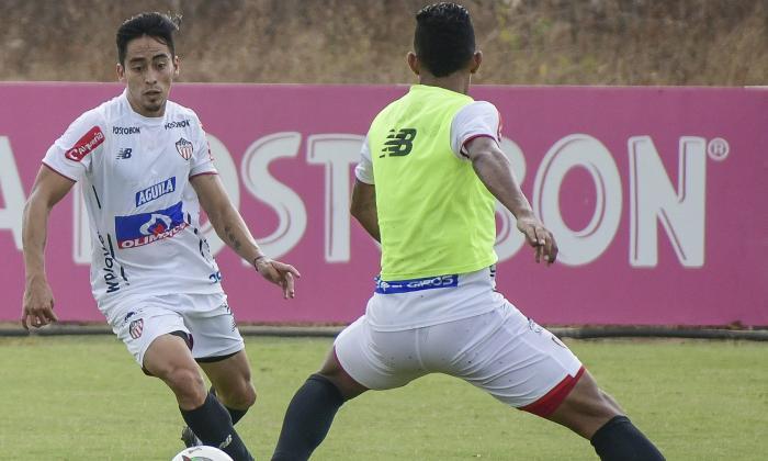 Fabián Sambueza intenta eludir a James Sánchez.