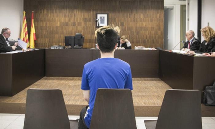 Condenan en España a youtuber que dio galletas con crema dental a un mendigo