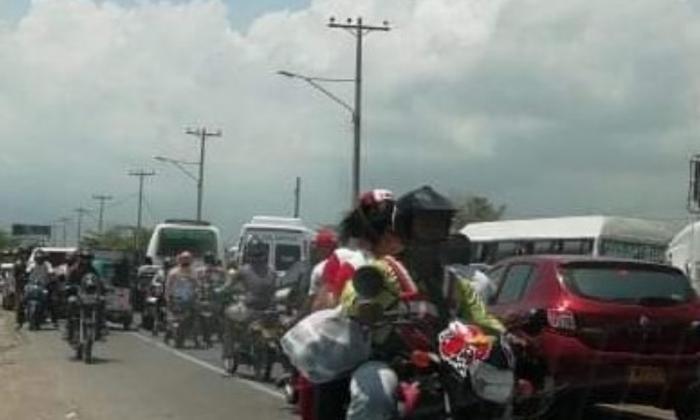 Bloquean por más de dos horas vía Barranquilla-Santa Marta por falta  de energía
