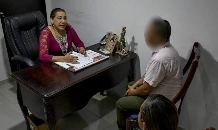 La juez de paz y reconsideración Nidia Donado atendió en su despacho a Julio César y a Marina, padres de Brian, quienes acudieron para hablar de su hijo.