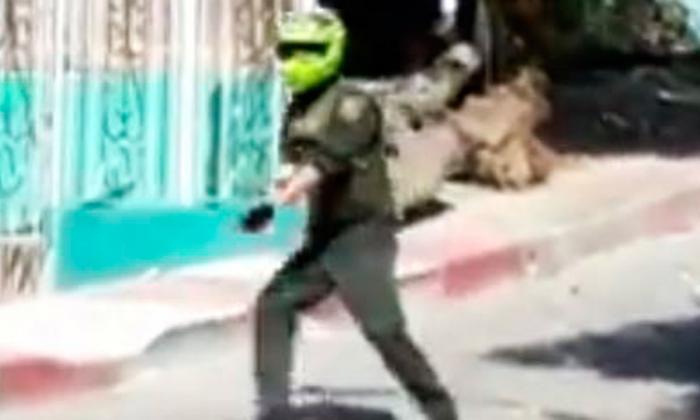 Captura de video de Policía enfrentado a comunidad.