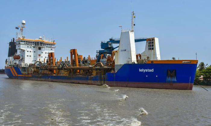 Draga 'Lelystad' navegando por el canal de acceso al Puerto de Barranquilla.
