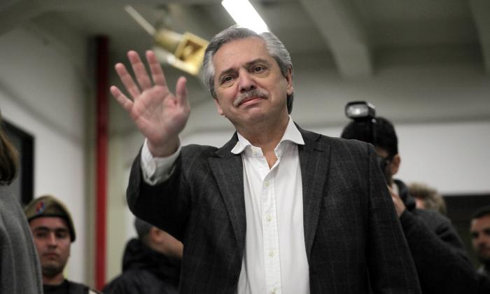 El candidato presidencial argentino Alberto Fernández vota durante las primarias abiertas simultáneas y obligatorias (ODEPA).