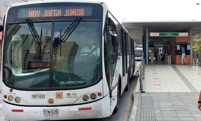 Un bus articulado durante su recorrido.