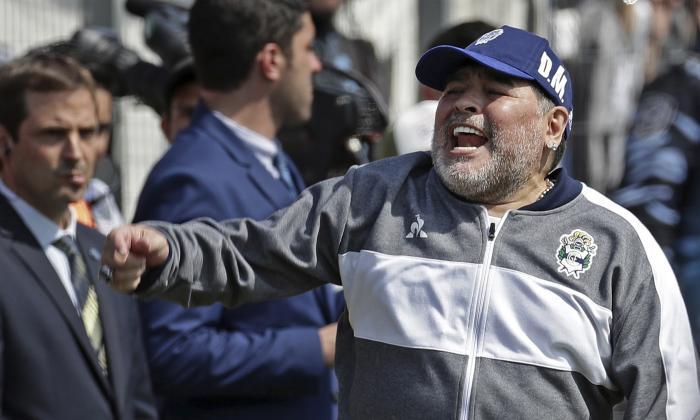 Diego Maradona dando indicaciones a sus dirigidos.