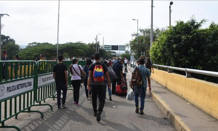 Personas cruzan la frontera con Venezuela.