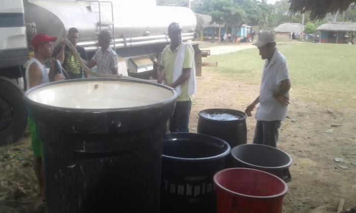 Productores recogen agua en pimpinas.