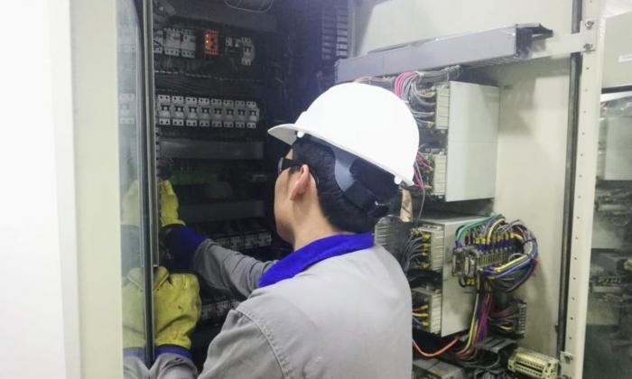 Operario de Electricaribe durante labores de mantenimiento.