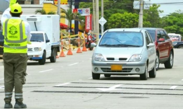 Orientador de Movilidad durante sus labores de regular el tránsito. Imagen de referencia.